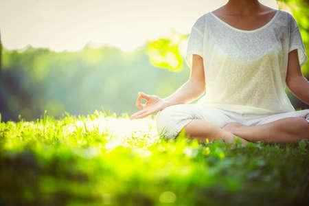 woman meditating: Yoga en el parque