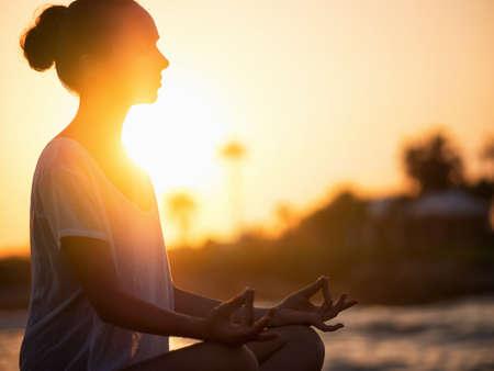 Mladá dívka meditace v lotosu představují