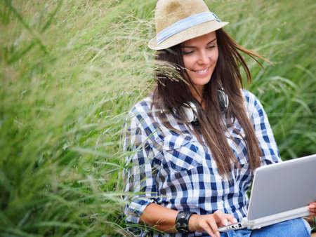Kursteilnehmer mit Laptop im Park