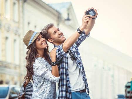 Jeune couple décision Selfie Banque d'images