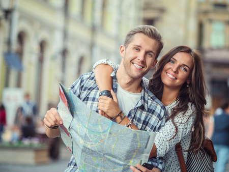 Jeune couple avec une carte extérieur