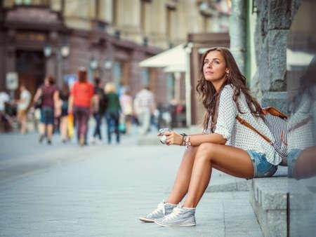 Jeune fille avec un appareil à l'extérieur Banque d'images