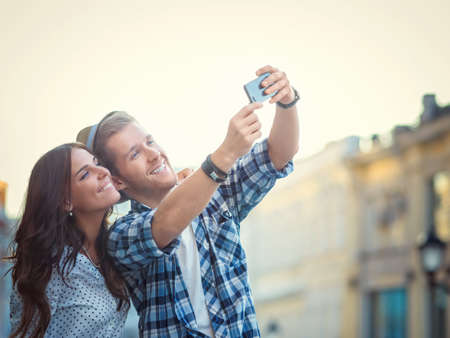 travellers: Young couple making selfie