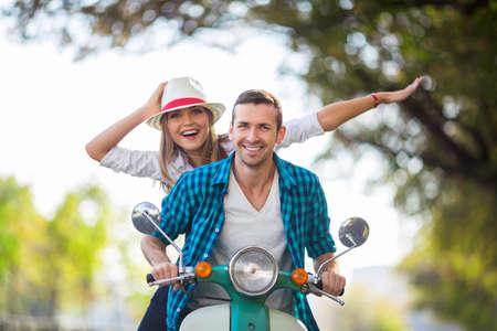 motorrad frau: Aktive Paare auf einem Roller im Freien