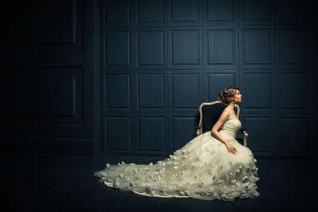 白いドレスを着た美しい少女 写真素材