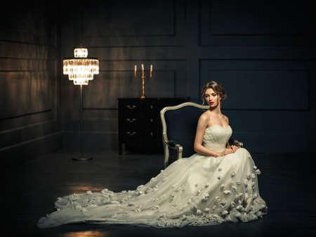 princesa: Chica joven en un vestido blanco