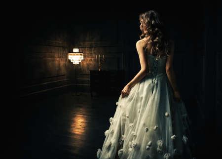 Mladá dívka v bílých šatech Reklamní fotografie