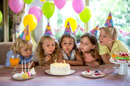 blow out: Bambini spegnere le candeline sulla torta