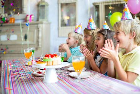 Des enfants heureux lors d'une fête d'anniversaire Banque d'images - 44400133