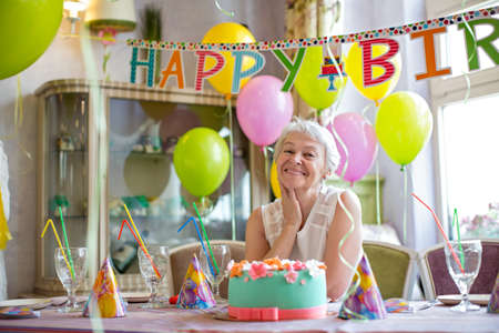 Gelukkig bejaarde vrouw op een verjaardagsfeestje