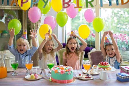 Des enfants heureux lors d'une fête d'anniversaire Banque d'images