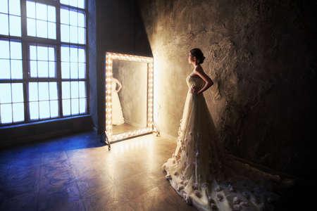 スタジオでドレスを着た美しい少女