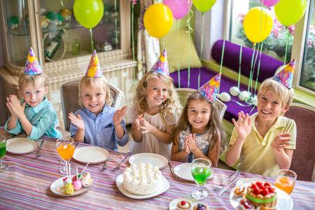 kutlama: Bir doğum günü partisinde çocukların Gülen Stok Fotoğraf