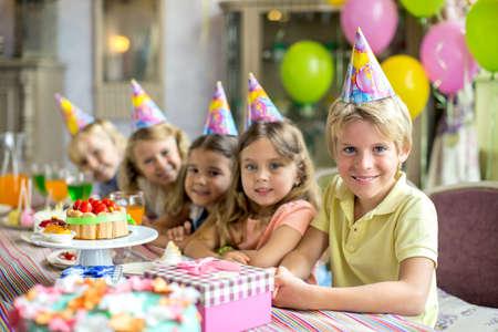 Los niños en una fiesta de cumpleaños en casa