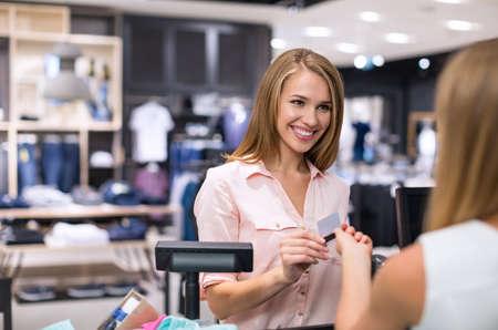 Junge attraktive Mädchen mit einer Kreditkarte
