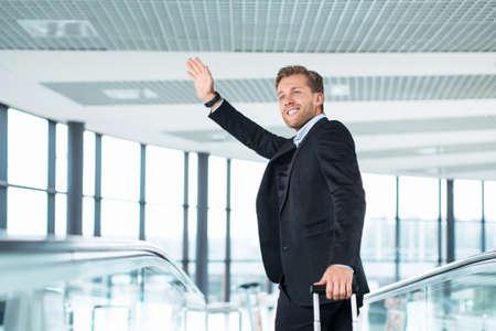 persona viajando: Empresario con maleta en el aeropuerto  Foto de archivo