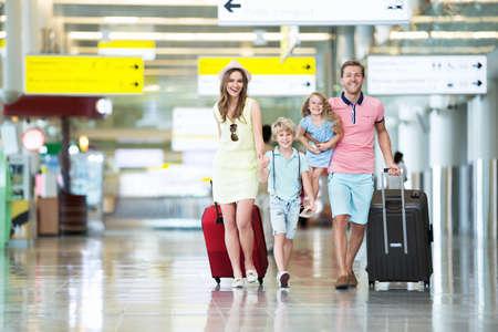 Glückliche Familie mit Kindern auf dem Flughafen