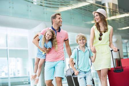 空港で子供連れの家族