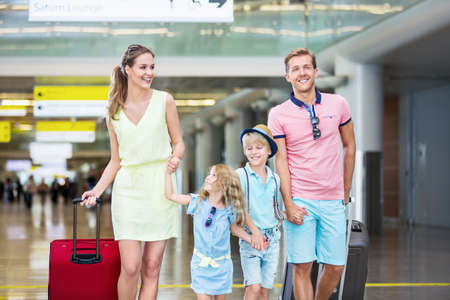 viaje familia: Familia con hijos en el aeropuerto