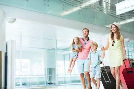 Family with children at the airport Archivio Fotografico