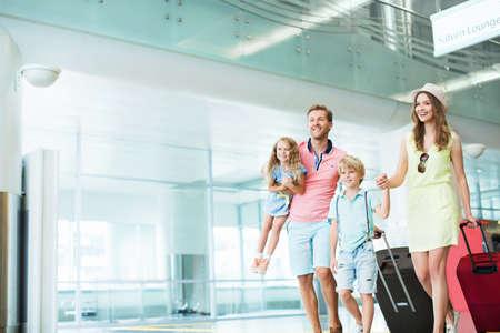 Familie mit Kindern auf dem Flughafen Standard-Bild