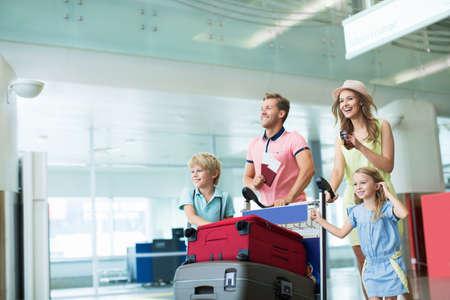 voyage: Jeune famille à l'aéroport