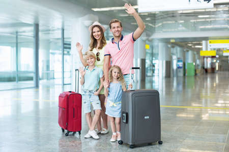 Sourire famille avec des enfants à l'aéroport Banque d'images - 45249686