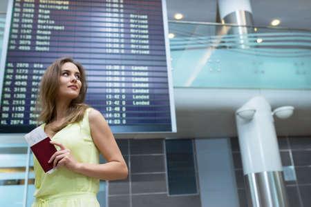 Junge Frau auf dem Flughafen Standard-Bild