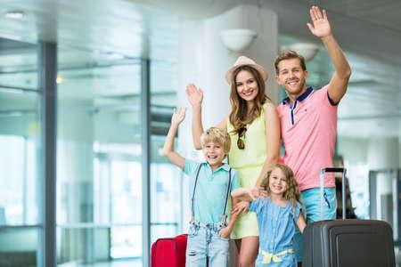 Gelukkige familie op de luchthaven Stockfoto