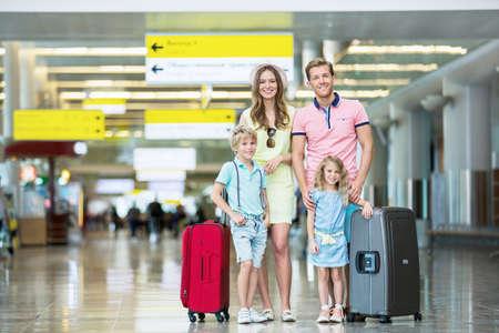 Familia con equipaje en el aeropuerto Foto de archivo - 45459802