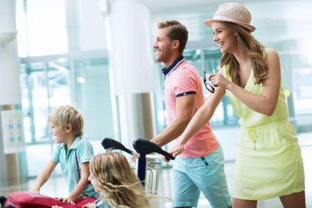 Glückliche Familie mit Kindern auf dem Flughafen Standard-Bild - 45459809