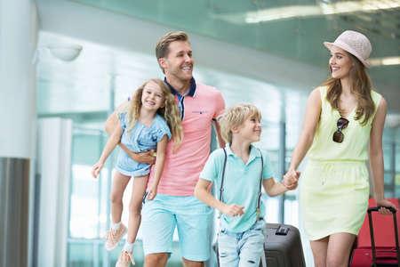 famiglia: Famiglia con i bambini presso l'aeroporto Archivio Fotografico