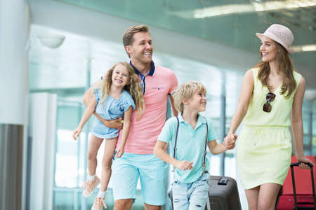 Family with children at the airport 版權商用圖片