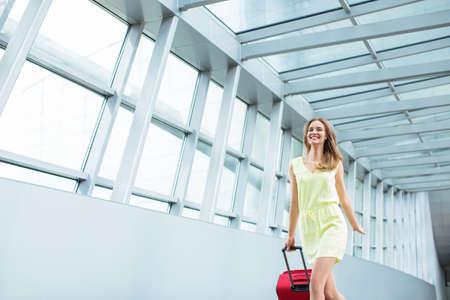 mujer con maleta: Chica joven atractiva con una maleta