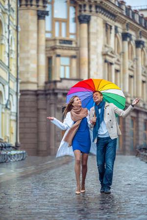 lluvia: Pareja joven en la calle Foto de archivo