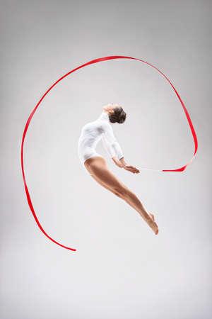 gymnastique: Jeune gymnaste sauter dans le studio