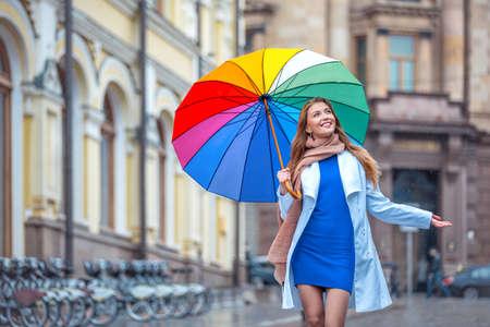 屋外傘を持つ少女の笑みを浮かべてください。 写真素材