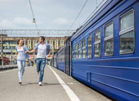 person traveling: Pares corrientes en la estación de tren