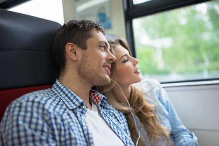 ferrocarril: Pareja joven en el tren