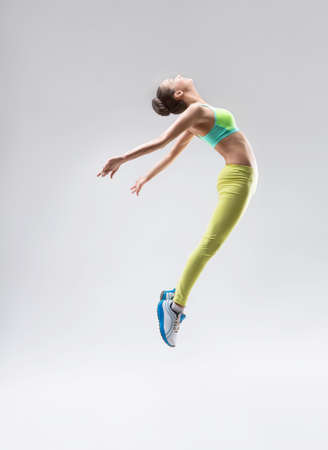 personas saltando: Saltar gimnasta en el estudio