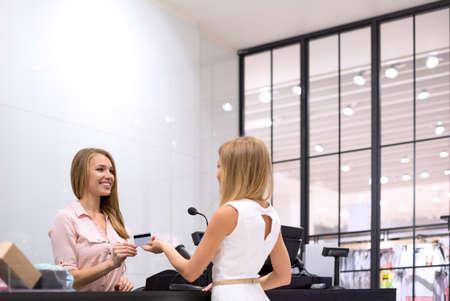 jeune fille: Jeune fille est � la caisse dans le magasin Banque d'images