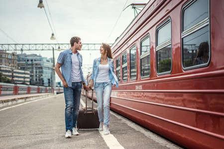 valise voyage: Jeune couple à la gare