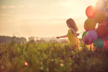 풍선과 함께 어린 소녀 야외 스톡 콘텐츠