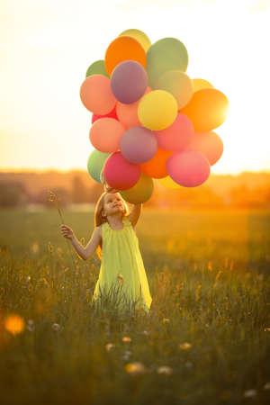 야외에서 풍선과 함께 어린 소녀 스톡 콘텐츠