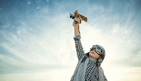 木製飛行機の小さな男の子