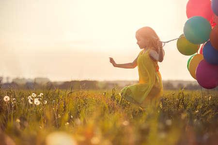 필드에 풍선과 함께 어린 소녀
