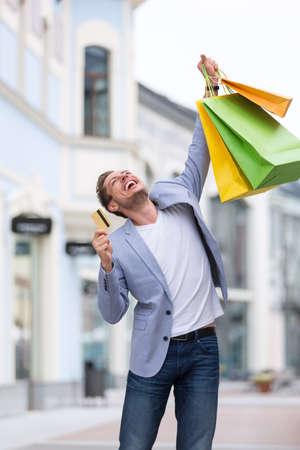 tarjeta de credito: Hombre de la expresión con tarjeta de crédito