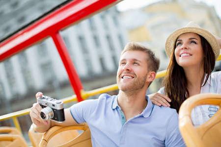 bus anglais: Jeune couple avec un appareil photo rétro dans le bus de tournée