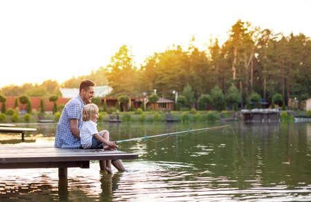 お父さんと息子の釣り竿で