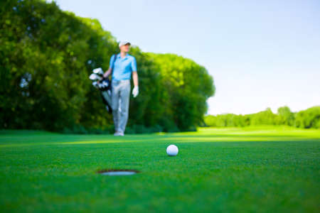 golf ball: Golfista en el c�sped